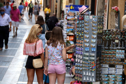 Tourists check out souvenirs outside a shop in Tarragona, July 28, 2020. (by Roger Segura)