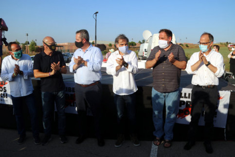 Seven jailed pro-independence leaders outside the Lledoners prison (by Estefania Escolà)