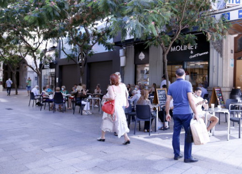 Customers enjoy the reopening of Lleida's bar and café terraces, July 30, 2020 (by Laura Cortés)