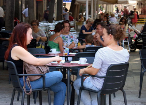 Customers at a cafe terrace in Castelldefels, June 30, 2020 (by Norma Vidal)