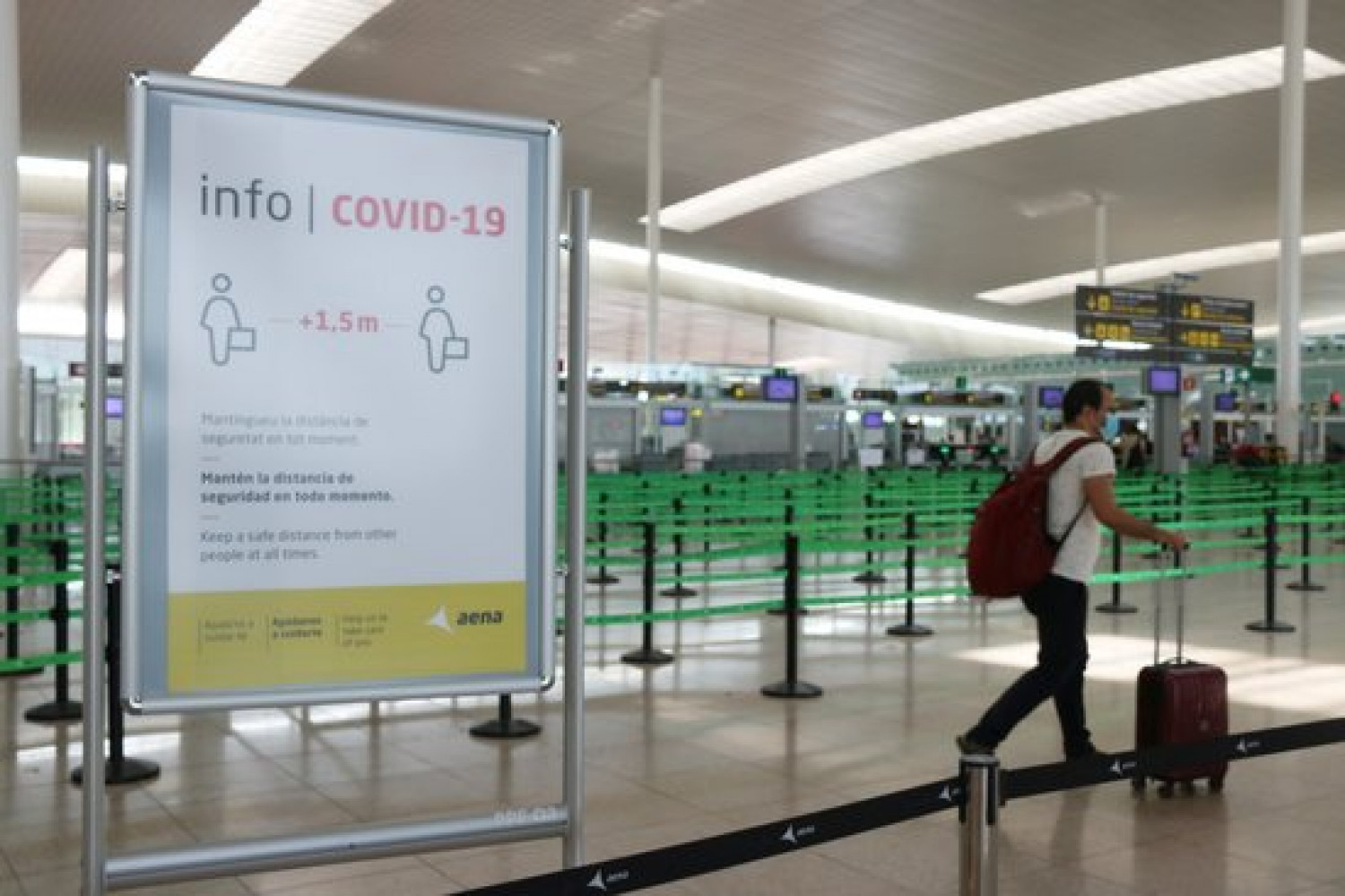 A passenger walks through Barcelona airport in July 2020 (by Norma Vidal)