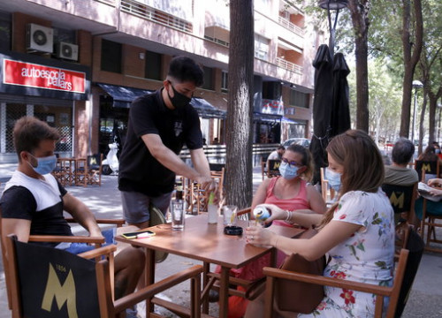 People enjoy a drink on terraces in Lleida, expanded after the city closed some streets to allow for more space (by Laura Cortés)