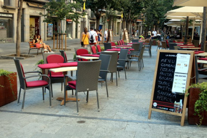 A restaurant with outdoor seating in Girona (by Xavier Pi)