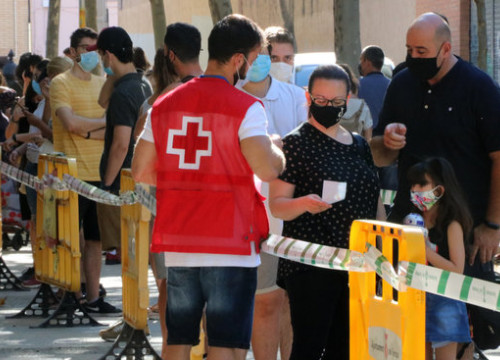 Several people queuing in order to take part in the government Covid-19 mass screening in Terrassa, on August 7, 2020 (by Gemma Sánchez)