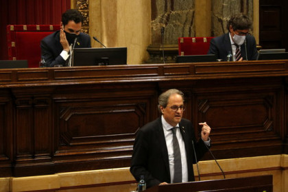 Catalan president Quim Torra speaks in parliament in front of the chamber head, Roger Torrent, left (by Guillem Roset)