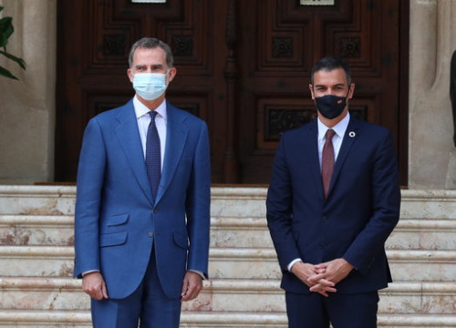 King Felipe VI and Spanish president Pedro Sánchez photographed ahead of their traditional summer meeting in August 2020 (by Pool Moncloa / Fernando Calvo)