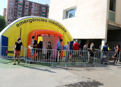 Health services marquee set up for mass coronavirus testing in the Barcelona neighbourhood of Besòs (by Marta Casado Pla)