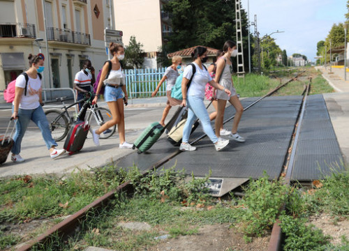 A group of tourists crosses an old train link in Salou, in August 2020 (by Núria Torres)