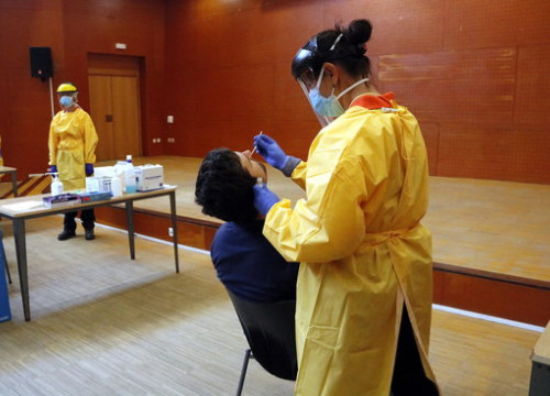 A medical professional performs a PCR test on a person in Lleida (by Oriol Bosch)