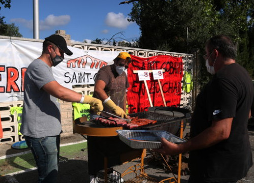 Workers at the Sanit-Gobain factory prepare food during the protest breakfast, demonstrating against the closure of the glass division (by Mar Rovira)