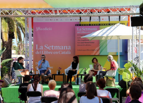 Author Irene Vallejo speaks on stage at one of the events planned at the 38th Catalan Book Week (by Natàlia Costa)