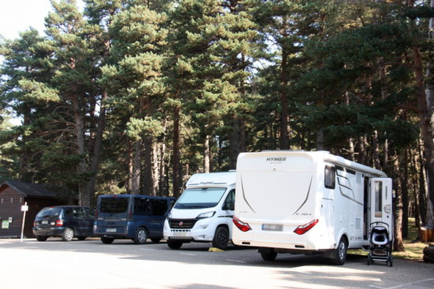 Vehicles parked at one of the car parks of the Alr Pirineu natural park, October 2020 (by Albert Lijarcio)