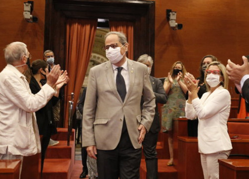 Catalan president Quim Torra enters the Parliament to a round of applause by his colleagues (by Gerard Artigas)
