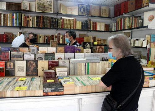 Visitors browse a stall at the 69th edition of the Old and Modern Second-Hand Book Fair in Barcelona, September 2020 (by Pau Cortina)