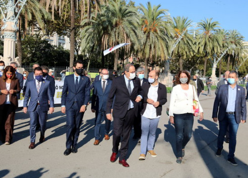 The Catalan president, Quim Torra, supported by government members, parties and civil organizations, heading to the Catalan High Court on September 23, 2020 (by Pol Solà)