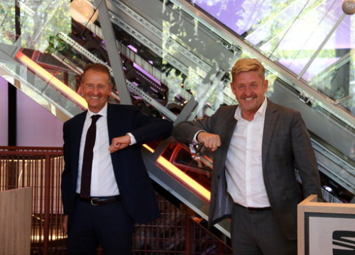 Volkswagen Group chairman Herbert Diess (left) and new Seat president Wayne Griffiths bump elbows, September 23, 2020 (Laura Pous)