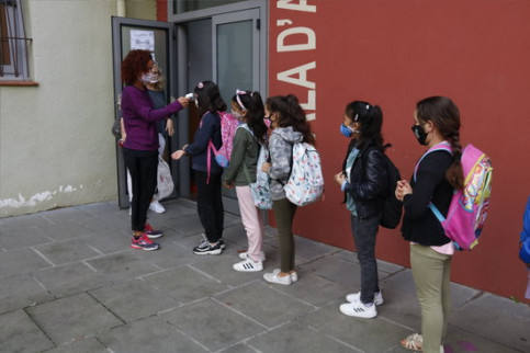 Pupils at a school in Manlleu queue up to get their temperature taken, September 24, 2020 (by Lourdes Casademont)