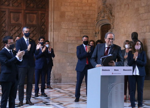 Catalan president Quim Torra surrounded by his ministers (by Mariona Puig)