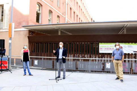 Director general of public schools, Josep Gonzàlez-Cambray, Carme Borrell of Barcelona Health Agency and Jacobo Mendioroz of the Public Health Agency address the media, outside Barrufet School in Barcelona, September 29, 2020 (by Laura Fíguls)