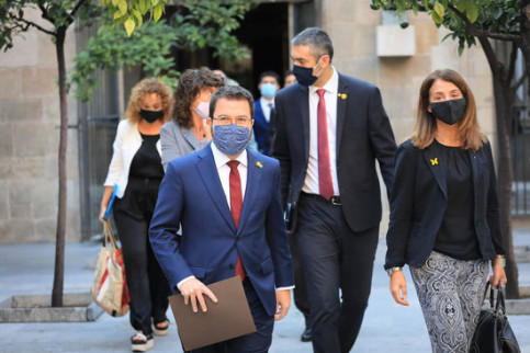 Pere Aragonès walking with ministers before a cabinet meeting (by Jordi Bedmar/Presidència)