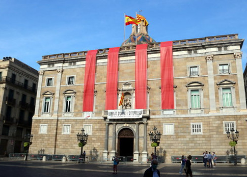The Catalan government headquarters, in Barcelona, with four red stripes, on October 1, 2020 (by Pol Solà)