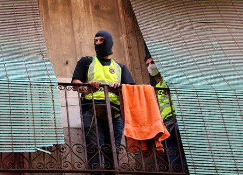 Two policemen on a balcony during the raid on Raval October 7, 2020 (by Miquel Codolar)