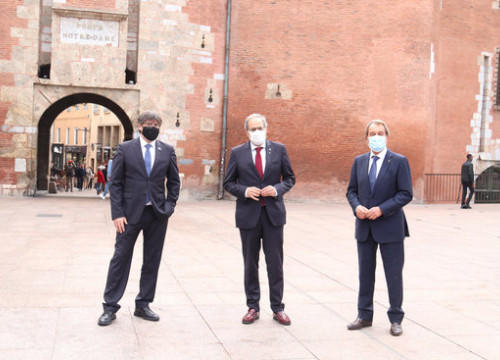Ex-presidents of Catalonia Torra, Puigdemont and Mas in front of Perpignan Castle on October 9, 2020 (by Aleix Freixas)