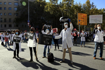Doctors block roads during a primary healthcare strike on October 13 (by Laura Fíguls)