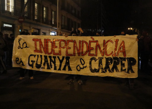 The banner at the beginning of the pro-independence march markig the first anniversary of the Catalan leaders' sentencing, reading 'Independence is achieved in the streets' (by Blanca Blay)