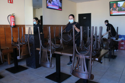 Bar El Toc, in Vilobí d'Onyar, tidying up chairs after ban on October 16, 2020 (by Gemma Tubert)