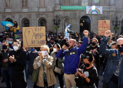 Protests in Barcelona's Plaça Sant Jaume against closure of bars and restaurants, October 16, 2020 (by Marta Casado Pla)