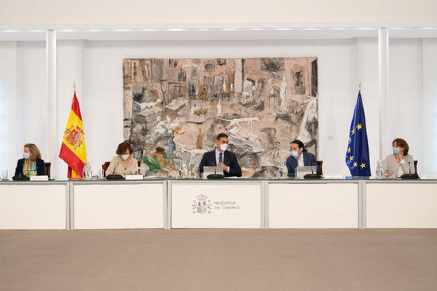 The Spanish government holds an emergency meeting to declare the state of alarm on October 25, with president Pedro Sánchez in the middle (by Moncloa/Borja Puig de la Bellacasa)