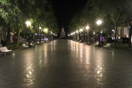 The deserted 'Rambla Nova' street in Tarragona just after 10pm, the day the curfew was introduced (by Eloi Tost)