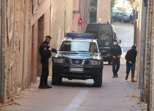 Some Spanish Guardia Civil police vehicles outside businessman Oriol Soler's home in Igualada, on October 28, 2020 (by Mar Martí)