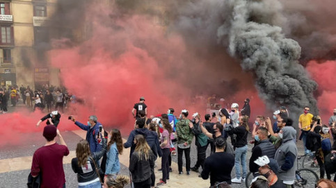 Protesters from restaurant sector set off smoke bombs in Plaça Sant Jaume, Barcelona, October 28, 2020 (by Alan Ruiz)