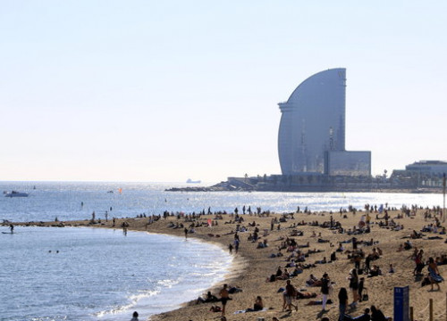 Image of a busy Barceloneta beach in October 2020 (by Laura Fíguls)