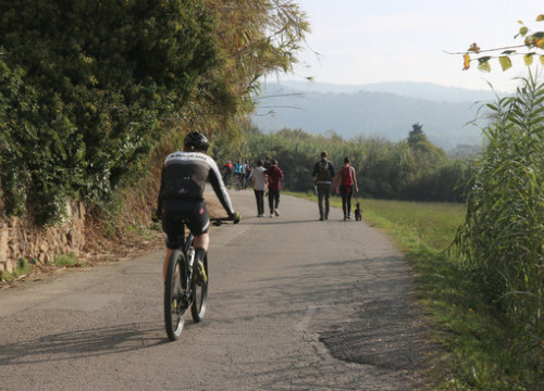Trekkers and riders in a path leading to Sant Miquel castle, near Girona, on November 1, 2020 (by Gerard Vilà)