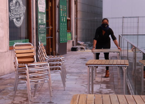 A waiter setting up a bar terrace in Barcelona's old town on November 23, 2020 (by Aina Martí)