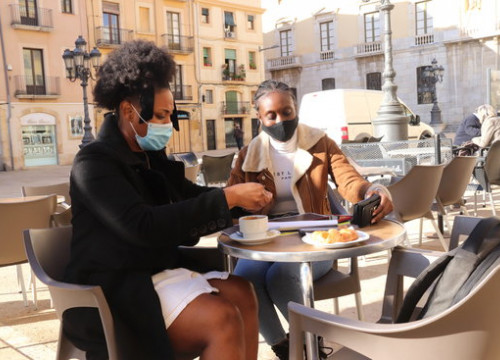Two girls having a coffee at a terrace in Tarragona (by Eloi Tost)