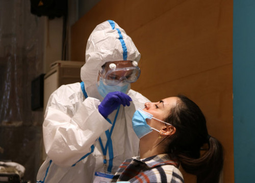 A health professional performing a PCR test in Sabadell (by Albert Segura Lorrio)