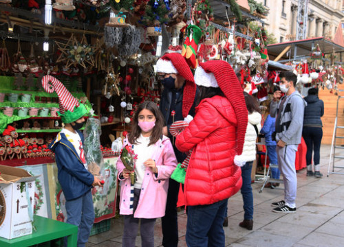 Visitors browse stalls at the 2020 Santa Llúcia Christmas market (by Carola López)
