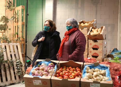 Barcelona mayor Ada Colau with a vendor at Biomarket, the country's first organic food wholesalers (by Mariona Puig)