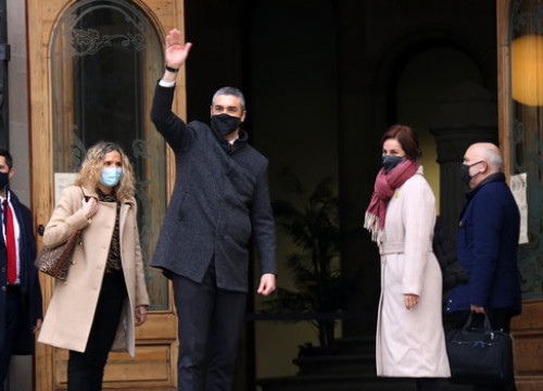 The Catalan foreign minister, Bernat Solé, waving at his supporters outside the Catalan high court on December 14, 2020 (by Marta Sierra)