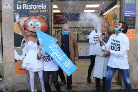 Image of the lottery outlet in Reus where the first prize of Spain's Christmas lotto was sold, on December 22, 2020 (by Eloi Tost)