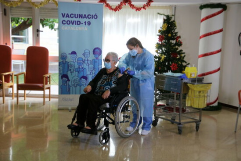 89-year-old Josefa Pérez receiving the first Covid-19 vaccine in Catalonia on December 27, 2020 (by Àlex Recolons)