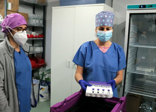 Some Covid-19 doses being prepared in Lleida, on December 30, 2020 (by Salvador Miret)