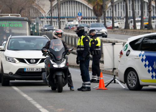 The Barcelona Guàrdia Urbana talk to a motorist at a municipal lockdown check on January 7, 2021 (by Blanca Blay)