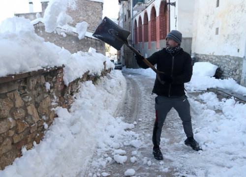 A resident of Tivissa, southern Catalonia, shovels snow from a road (by Eloi Tost)