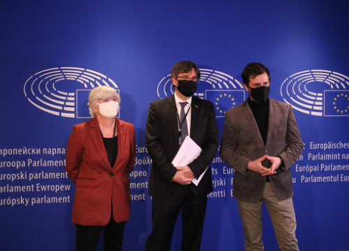 MEPs Clara Ponsatí, Carles Puigdemont and Toni Comín in the European parliament, January 14, 2021 (by Maria Castanyer)