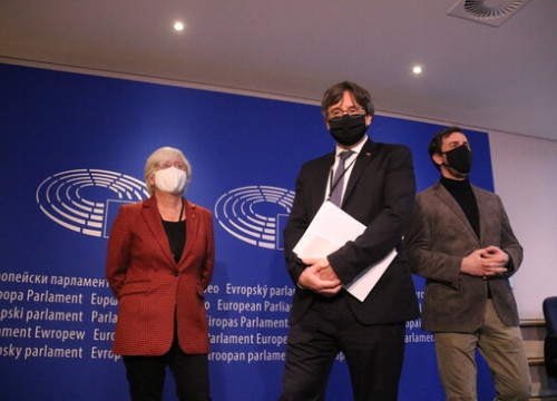 Catalan MEPs Clara Ponsatí, Carles Puigdemont, and Toni Comín at the European Parliament in January 2021 (by Maria Castanyer)